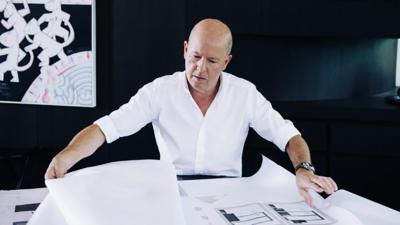 Bernd Gruber in den Plänen vertieft