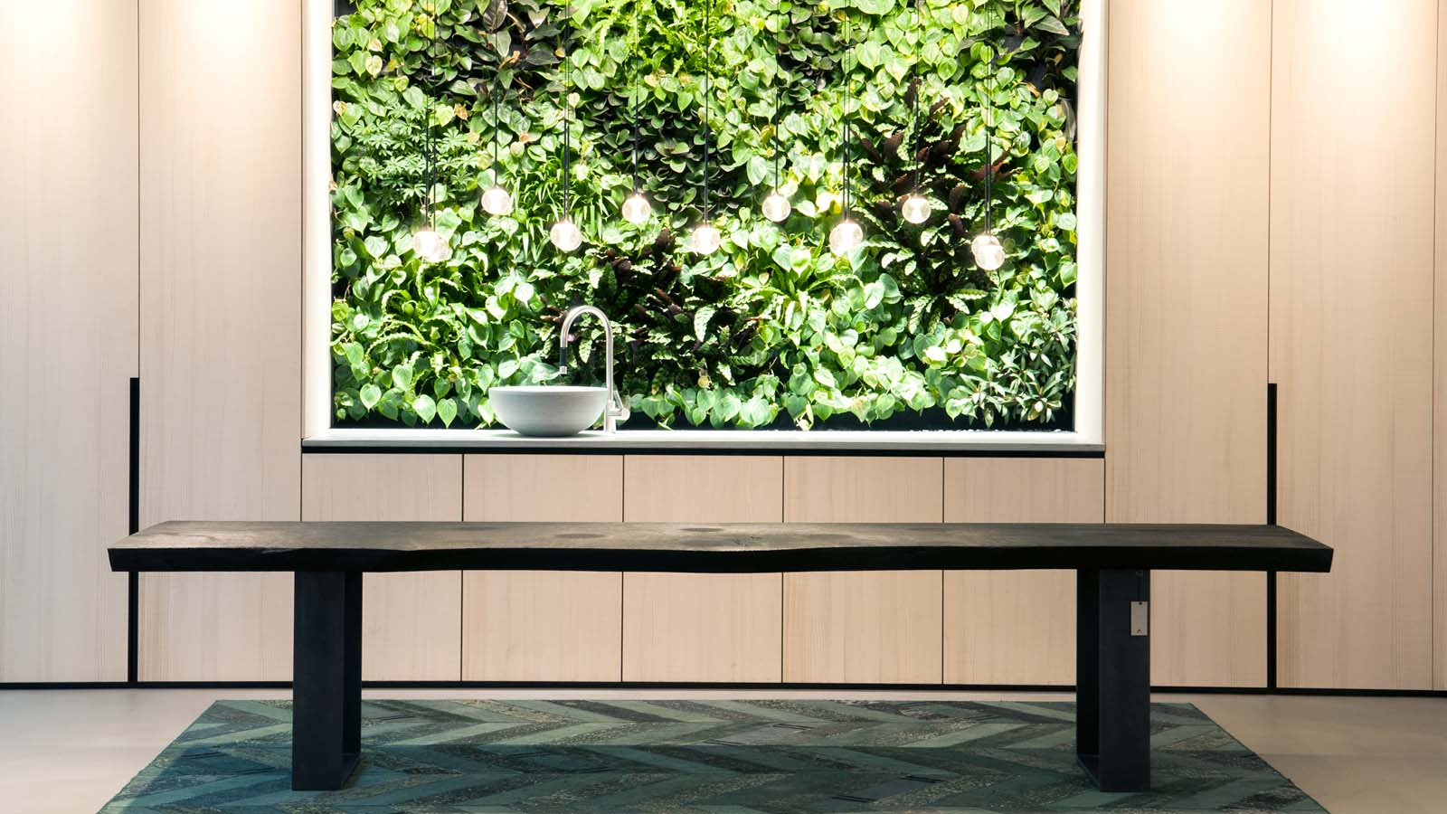 Waschbecken im Fenster mit Sicht auf eine grün bewachsene Wand
