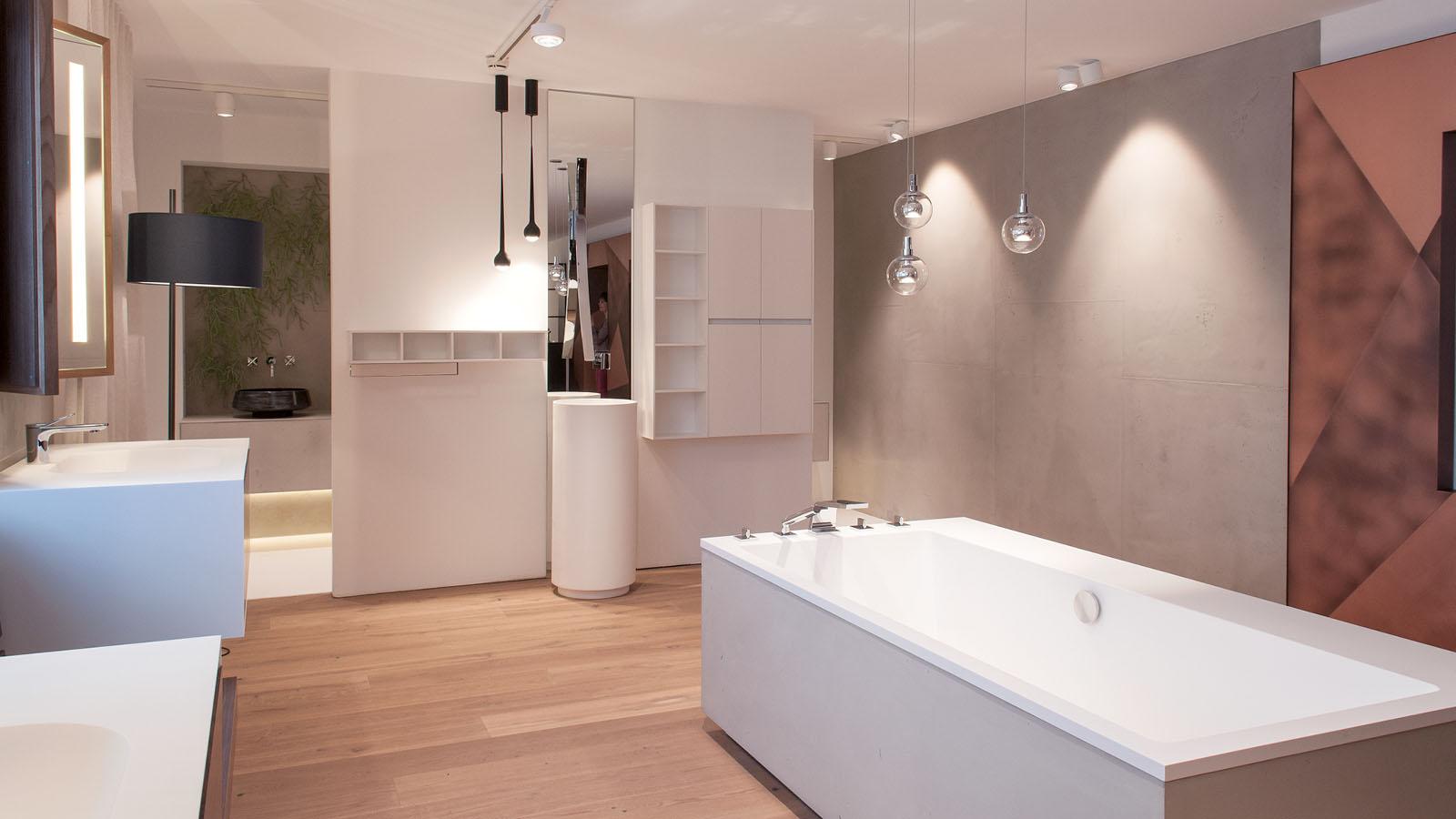 Ausgeleuchtetes Badezimmer mit Wanne