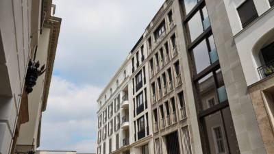 Fassade des 4-stöckigen Townhouses mit den Glassflächen