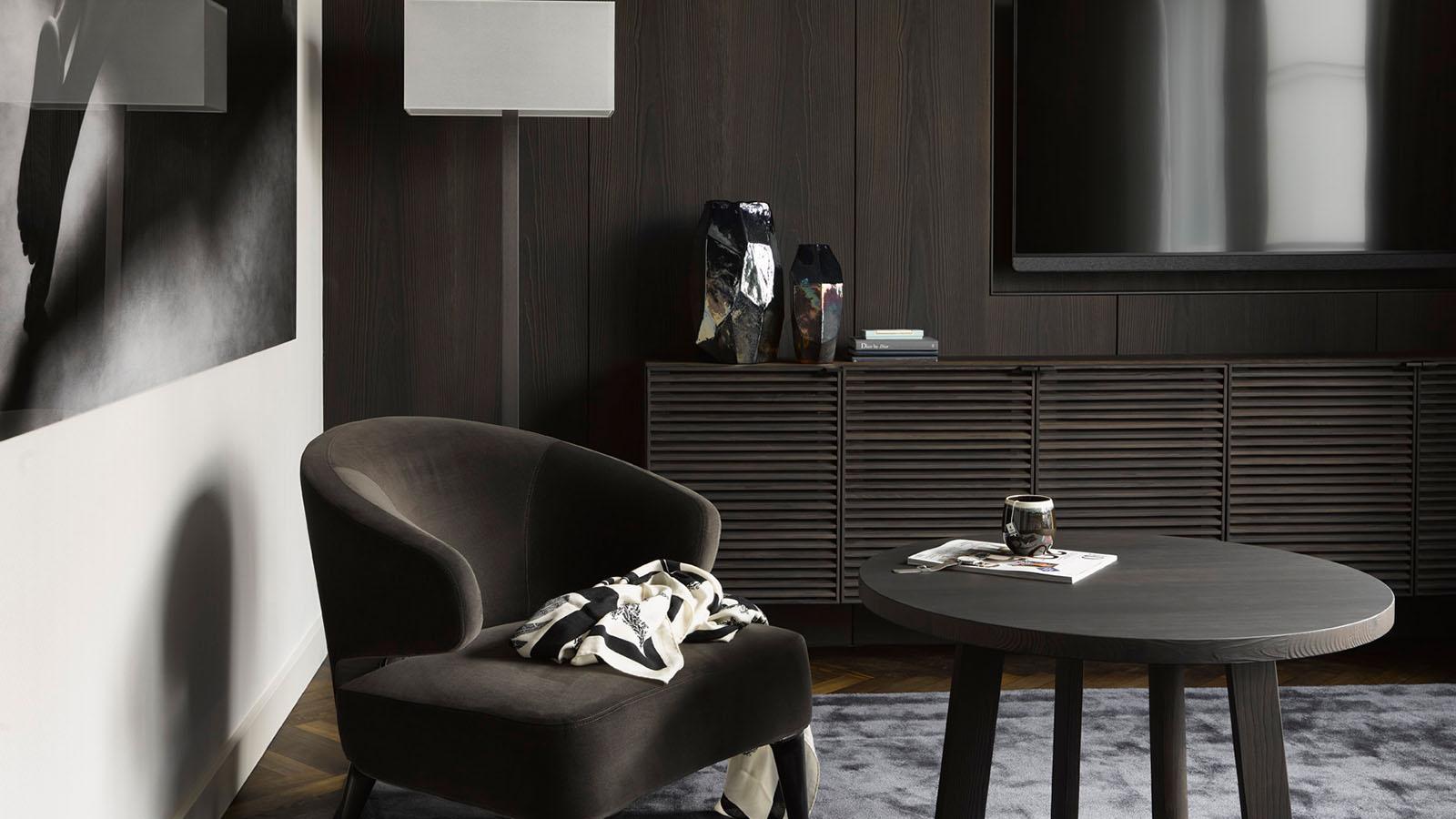 Brauner Samtstuhl und dunkler Holztisch