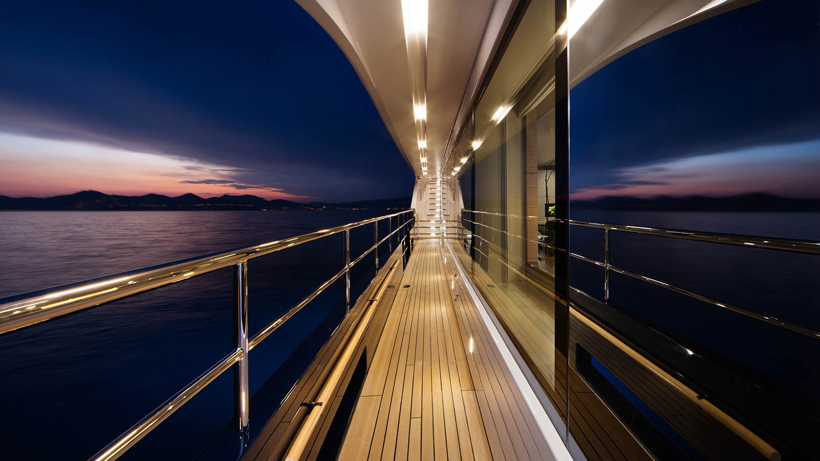Sidedeck bei Nacht - Yacht Sharing - SeaNet Europe - Ameller Malcorps