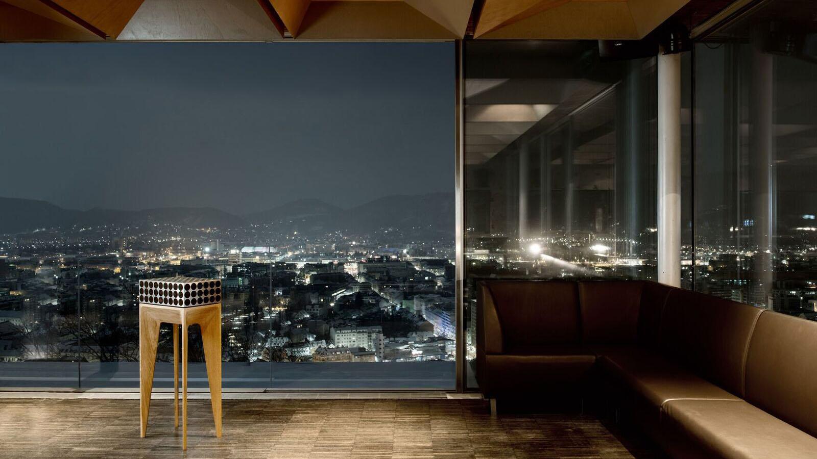 Pandoretta Lautsprecher vor einem Fenster mit Blick auf eine Stadt im Dunkeln