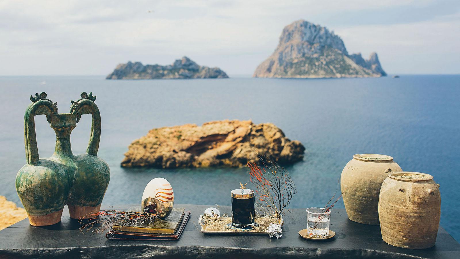 Dekorierter Tisch mit Blick auf das Meer und einige kleine steinige Inseln