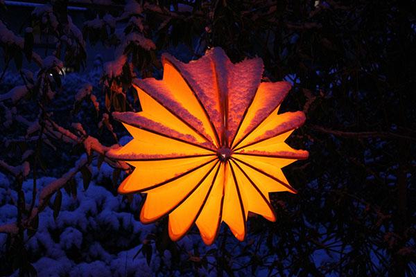 Selbst im Winter kann dieser Stern-Lampion denn Blick aus dem warmen Wohnzimmer versüßen
