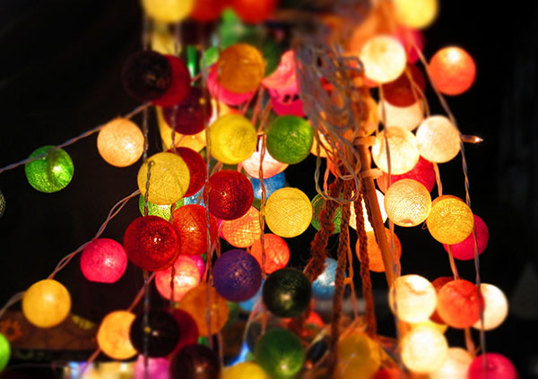 Ein Led-Lichterkette mit bunten Lampions sorgt für den richtigen Mittsommernachts-Flair