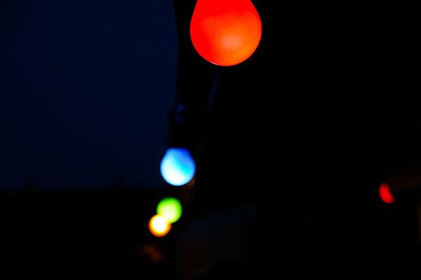 Farbige Glühbirnen im Dunkeln