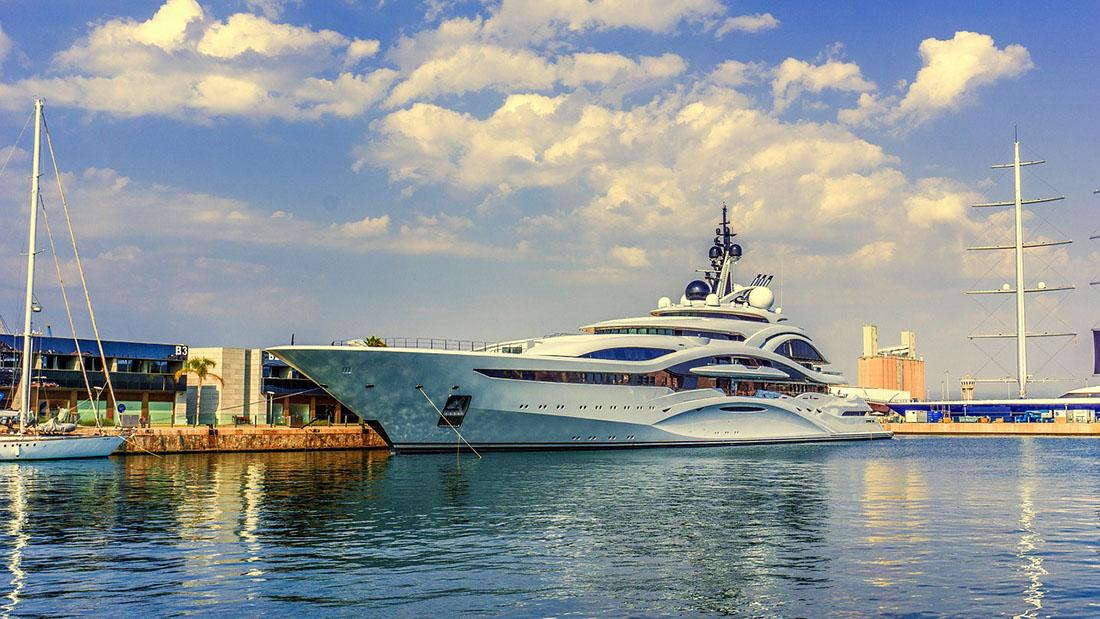 Luxusyacht im Hafen
