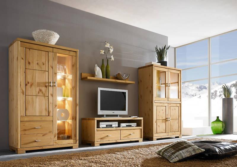 Großes Wohnzimmer mit stilvollen Naturmöbeln