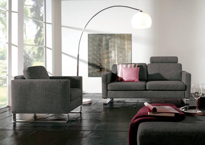Stilvolles Wohnzimmer mit dunklen Naturmöbeln