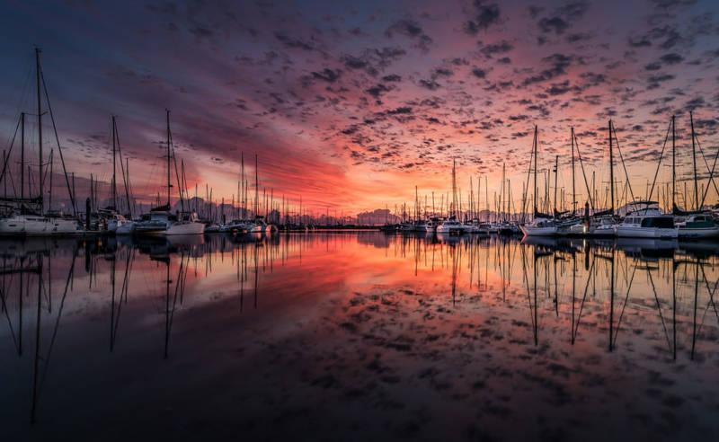 Schiffe in einer Bucht beim Sonnenuntergang
