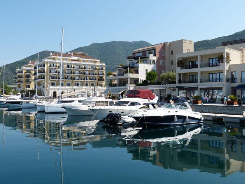 verschiedene Luxusyachten am Hafen mit Gebäuden im Hintergrund