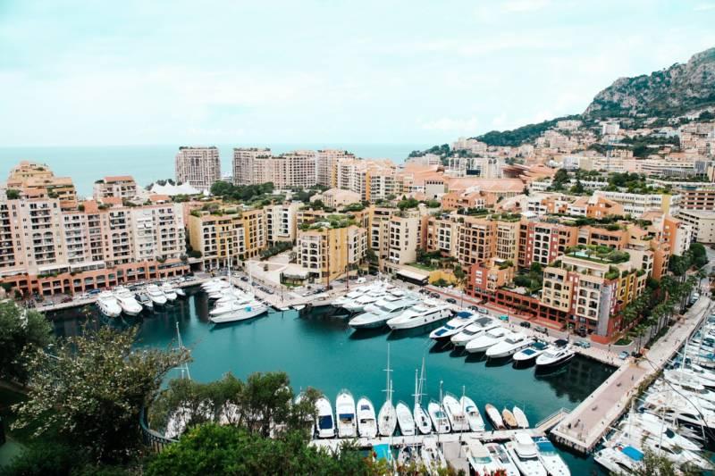 Schiffe, Hafenbecken und Gebäude in Monaco