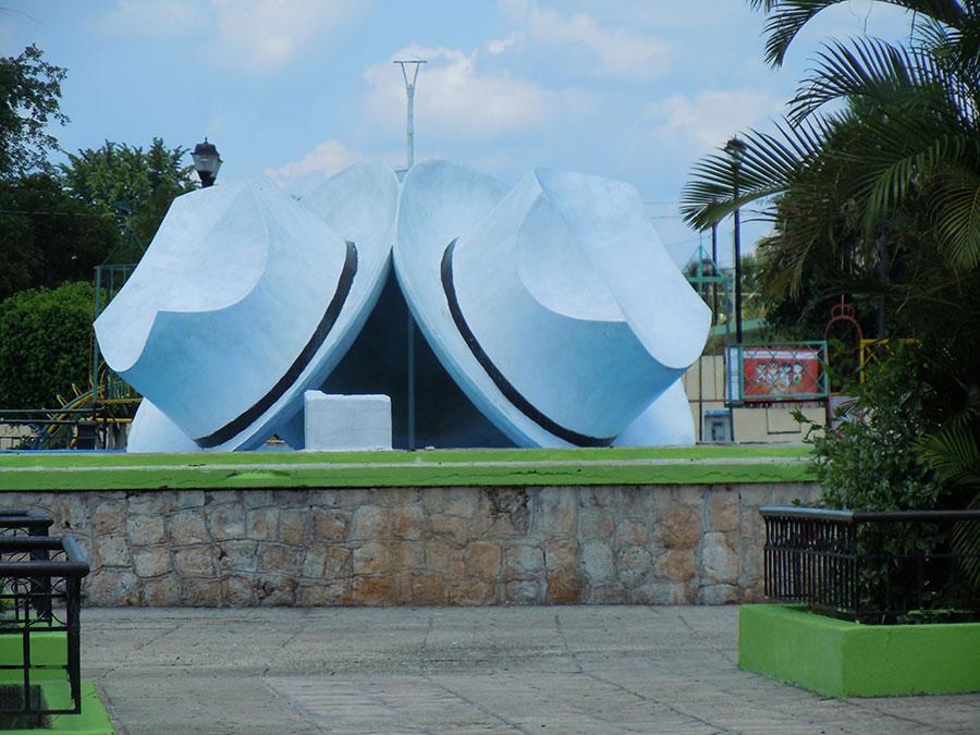 """Das """"Panama-Hut-Monument"""" auf dem Zócalo von Bécal (Mexiko)"""