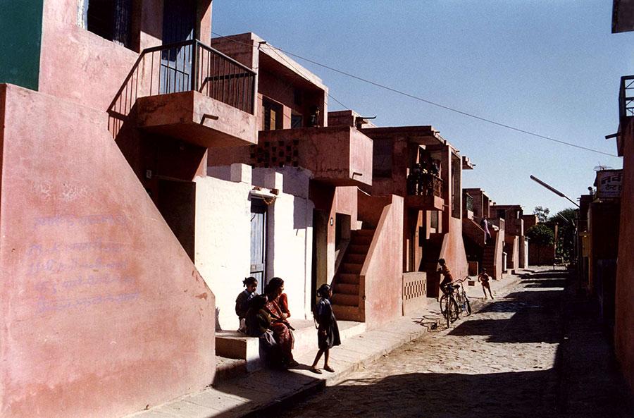 Wohnbau für Indiens arme Bevölkerungsschicht. Doshis Architektur ist für Menschen gemacht.