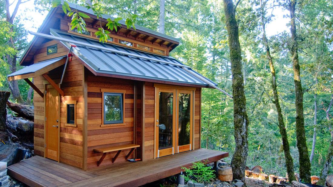 Ein Häuschen im Wald. Tiny Houses sind nicht nur bei Naturliebhabern beliebt.