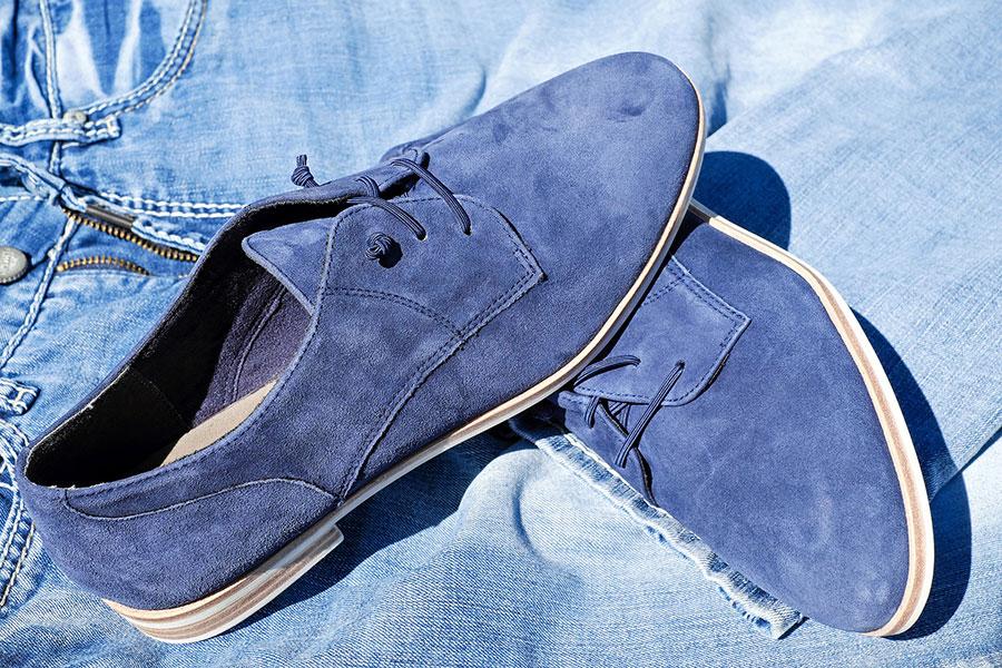 Blau wird sich 2020 auch in der Mode zeigen. Ob Schuhe, Hosen oder Taschen, die Farbe Blau liegt voll im Trend.