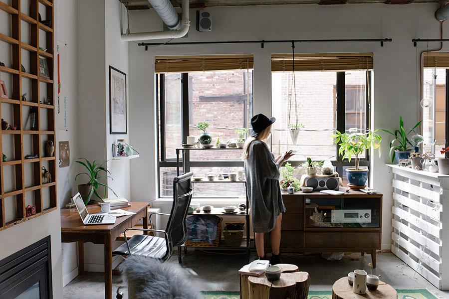 Social Cocooning bedeutet auch: allein zuhause sein und trotzdem mit der Welt verbunden sein können.