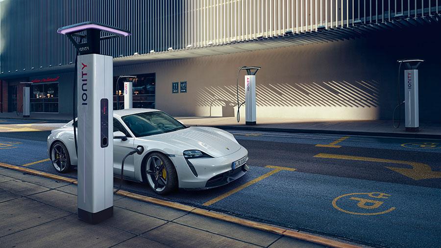 Der Porsche Taycan punktet mit schnellen Ladezeiten und einer Reichweite von bis zu 450 km.