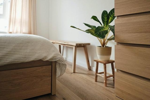 Guter Schlaf durch viel Holz im Schlafzimmer.